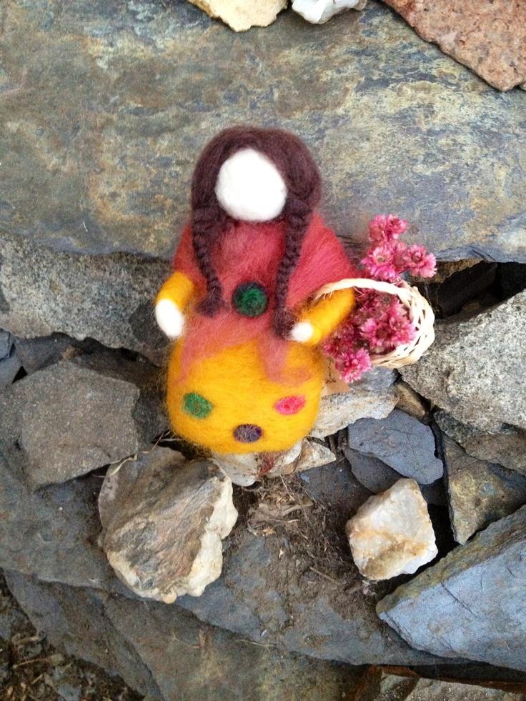 Muñeca esculpida en fieltro