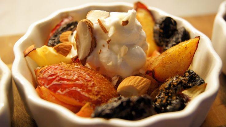 Bakte epler, plommer og svisker med vaniljeis og mandelflak fra Mariann Straume.