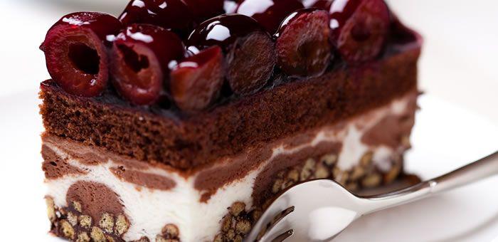 Εύκολη τούρτα παγωτό σοκολάτα-βανίλια με βύσσινο! |