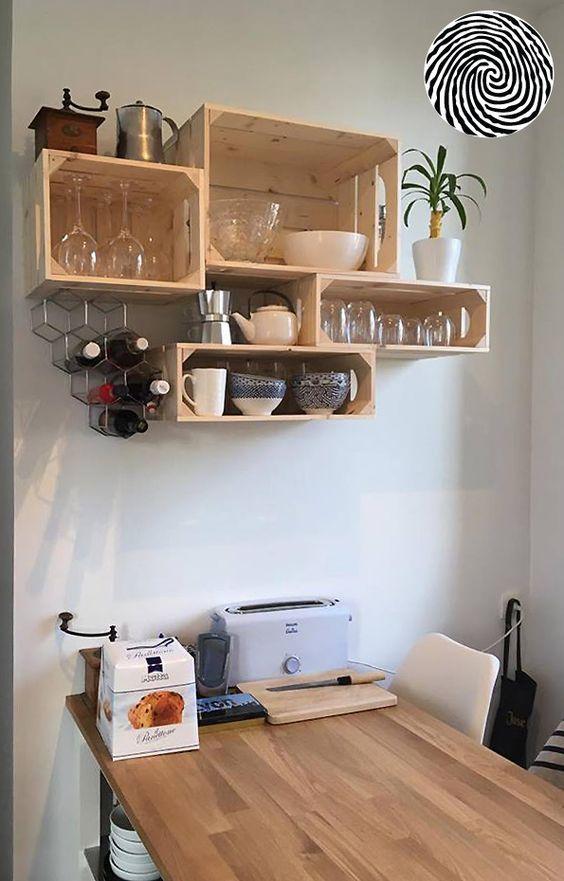 une etagere murale ouverte dans la cuisine fabrication avec des caisses en bois simply a box