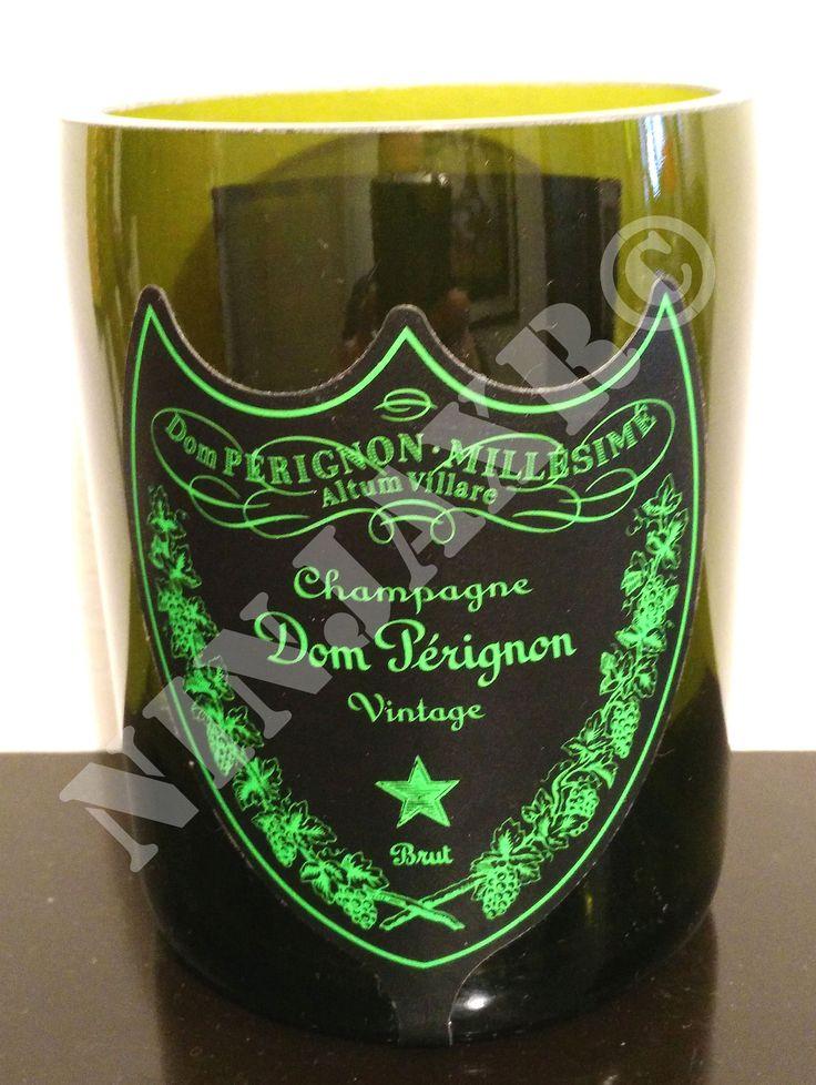 Vaso Porta Oggetti realizzato tagliando e levigando una bottiglia di Champagne Dom Perignon Luminous. I bordi della bottiglia sono stati molati e levigati in modo tale da renderli assolutamente non taglienti. Dimensioni: Altezza 12 cm, Diametro 9 cm circa. Splendido come porta penne e per dare un tocco di raffinatezza ed originalità alla vostra scrivania, con un debito riguardo al riciclo creativo ed al riuso di oggetti per la salvaguardia dell'ambiente.