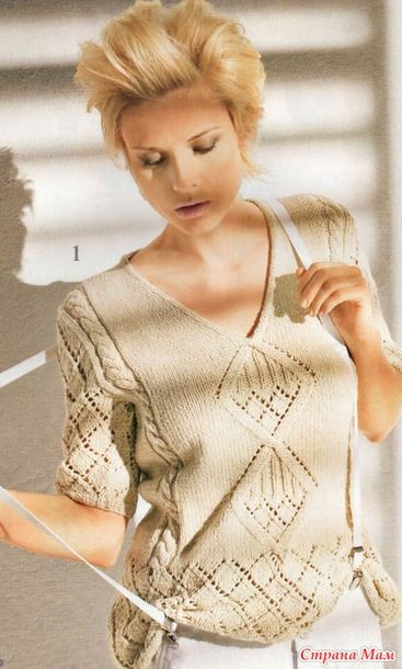 Уютный пуловер с V-образным вырезом горловины украшен ажурными ромбами разной величины и дорожками с косами. (Вязание ваше хобби №6 2011)