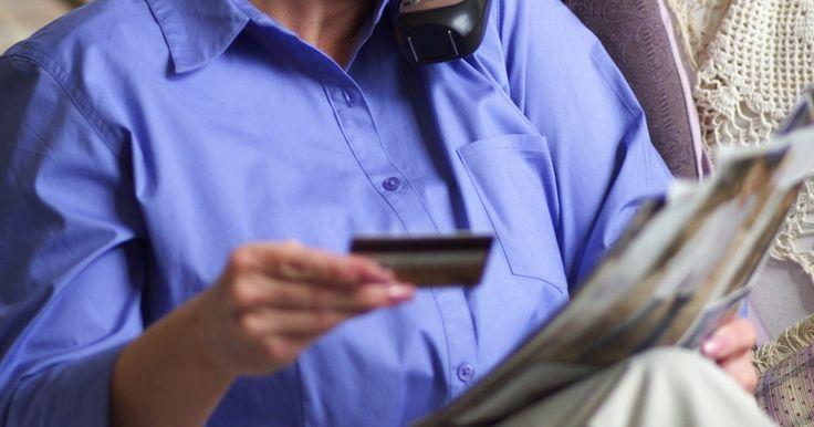 Cómo transferir dinero desde una tarjeta de crédito a otra en línea. Puedes transferir el saldo de una tarjeta de crédito a otra, pero no podrás pagar su saldo directamente con otra tarjeta. Estas transferencias pueden ser muy ventajosas, especialmente para la gente que tiene fuertes calificaciones crediticias. Las transferencias de saldo pueden ahorrarte grandes cantidades de dinero en pago de intereses a la vez ...
