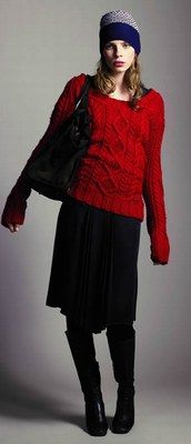 Pull irlandais rouge – Thomas Burberry - Mode: Quelles couleurs porter cet automne? - Beau travail de la maille pour ce pull d'inspiration irlandaise concocté par la crème de la mode anglaise. Avec lui vous revendiquez la tendance rouge dans l'esprit confort...