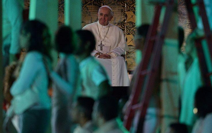 27/7 - El Papa Francisco asiste a la ceremonia antes de despertar en Copacabana