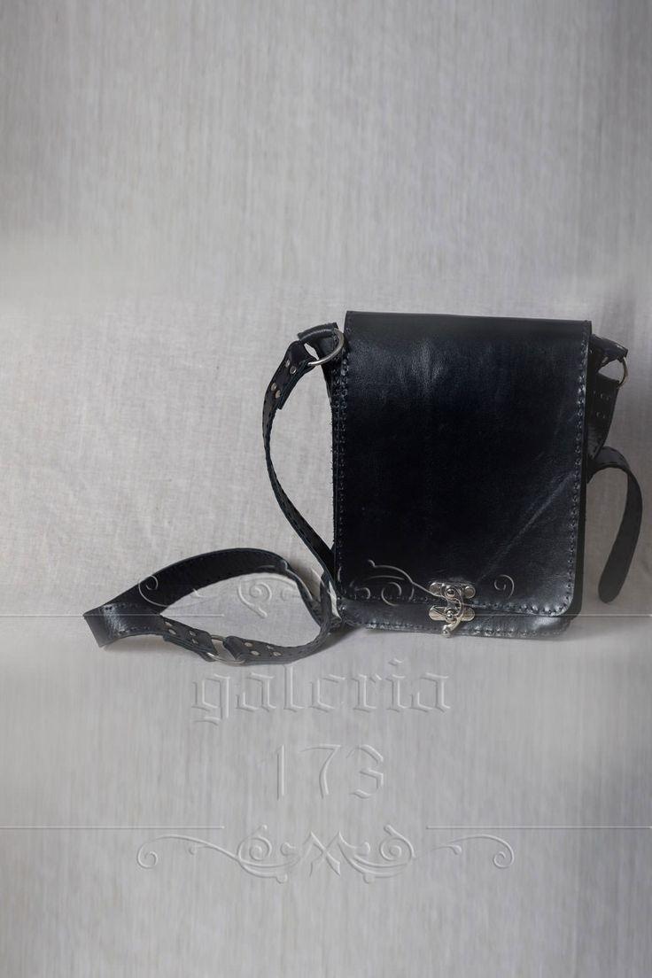 Geanta   din piele naturala, negru nud, realizata manual. Pielea este dublata. L 20 cm   / h 28 cm / l 7 cm.