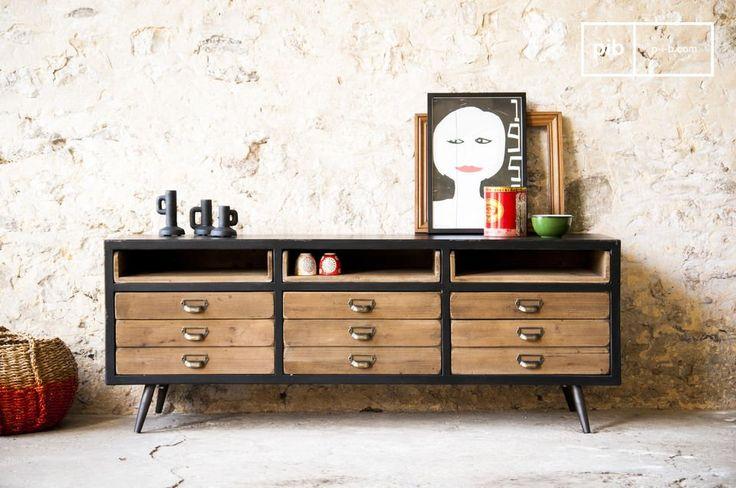 Questa credenza Van Ness è caratterizzata dalle linee tipiche dei mobili delle officine e delle fabbriche della seconda metà del XX secolo.