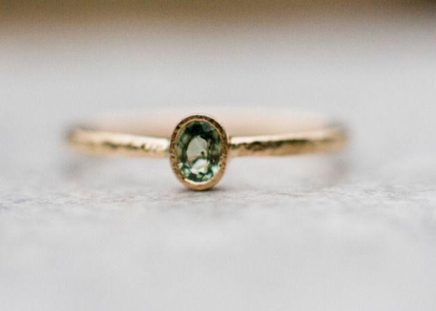 Grünen Saphir: Schöne Verlobungsring in 14 Karat Gelbgold mit natürlichen Edelstein handgefertigt.  Der Schaft der Ring gehämmert. Es ist 1,3 mm breit.  In der Rückseite des Rings geschnitzt...