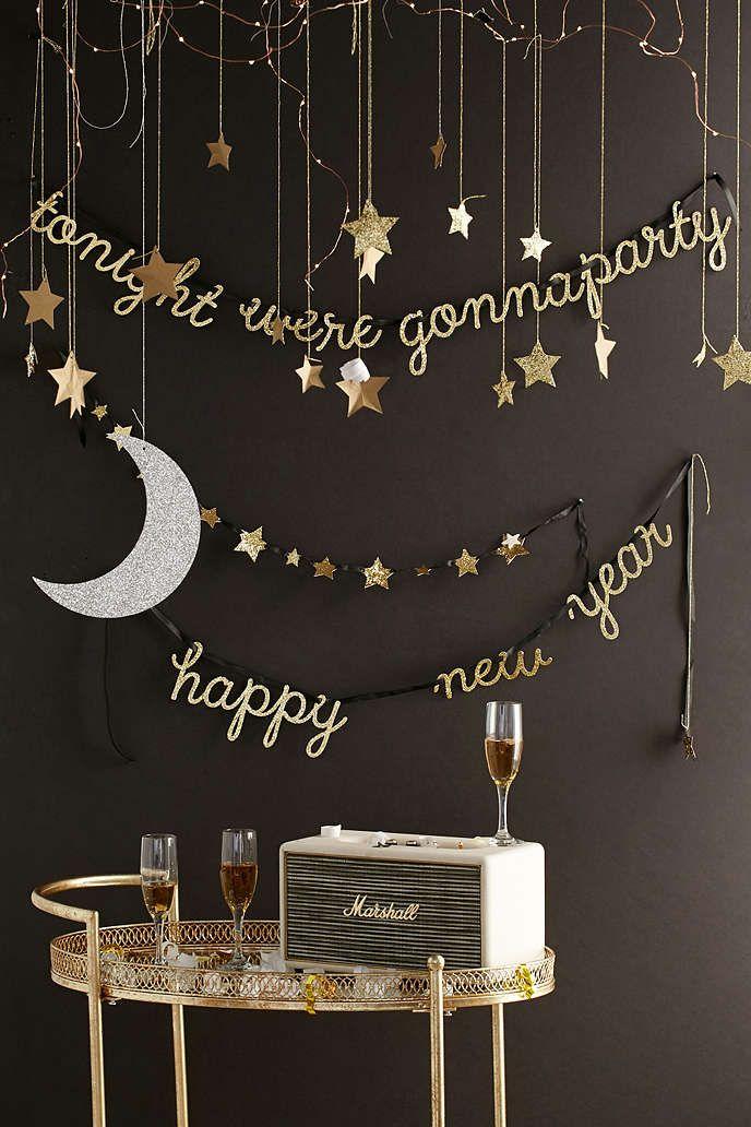 """Aqui à venda na Partyland: Lua e Estrelas decoração suspensa Frase suspensa em glitter dourado """"tonight we're gonna party happy new year"""" www.partyland.pt #anonovo"""