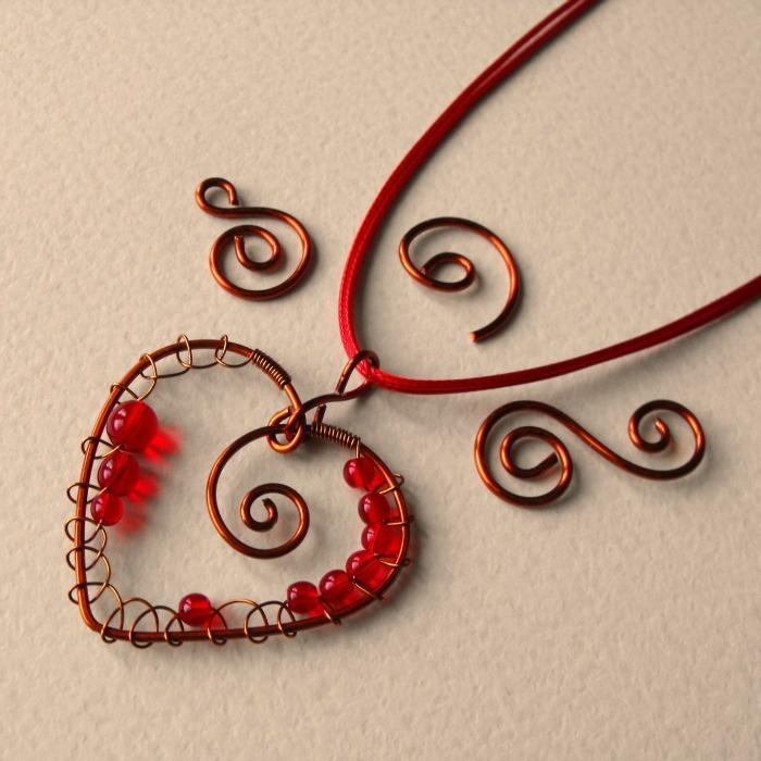 Srdce na dlani Autorský drôtovaný šperk je zhotovený z medeného lakovaného drôtu a českých sklenených koráliek. Prívesok je uchytený na červených okrúhlych šnúrkach. Zapínanie je na karabínku. Srdiečko má rozmer 4,5cm x 3cm.