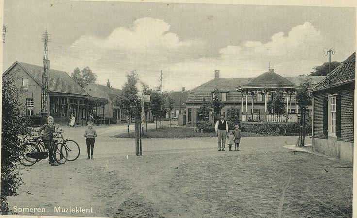 Markt, met rechts de kiosk, daarachter het café het Wapen van Someren, helemaal achterin de straat het Handelshuis VDV (Han van de Vleuten) en geheel links het café van Hurkmans.