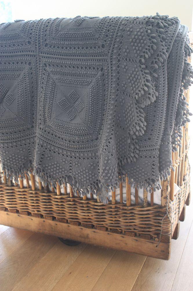 Image of Superbe grand plaid ancien au crochet.