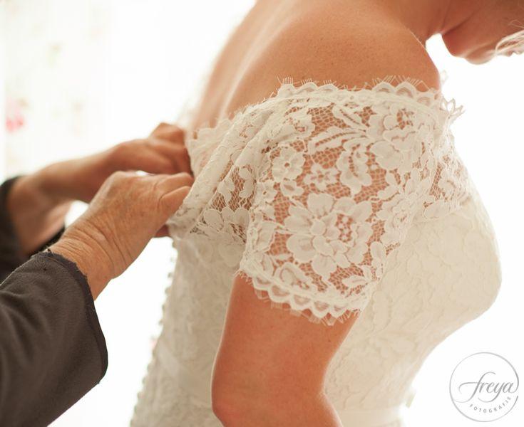 Trouwjurk met kant | Jute en kant bruiloft | http://www.trouwfotografiefreya.nl/real-weddings/jute-en-kant-bruiloft/ | burlap and lace DIY bride wedding styling