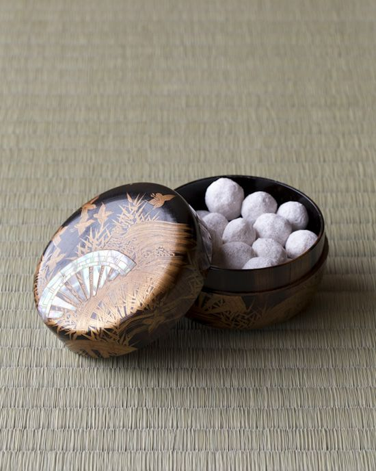 Japanese sweets and maki-e lacquer box from Edo period (1603~1867)