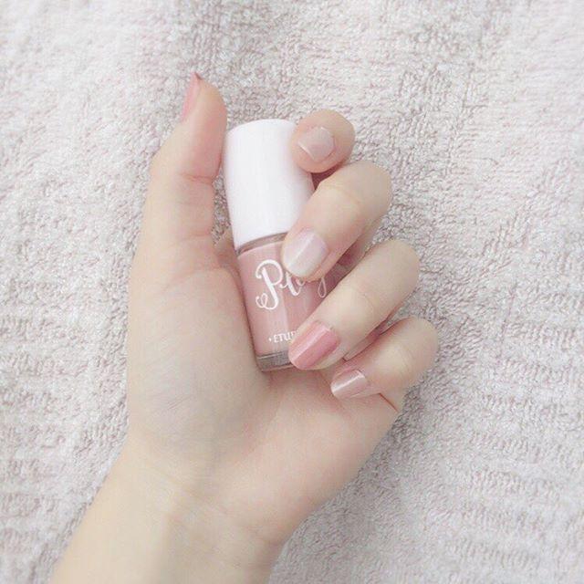ピンクと白とベージュ合わせたら 桜みたいになった!😳🌸🌸 左手めっちゃ綺麗にできるのに 右手ぽこぽこ、、😅 #セルフネイル#ネイル#桜ネイル#(笑)#明日始業式か〜#クラス発表ドキドキするな〜#今年はちゃんと頑張ろう🌊#ヘアメ#みんなと同じクラスがいいな〜#😢#きっと誰となっても楽しくなるんだろうな(笑)