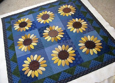 Green Fairy Quilts: Wendy's Sunflower QuiltFairies Quilt, Daisies Sunflowers, Green Fairies, Daisies Quilt, Wendy'S Sunflowers, Blue Backgrounds, Sunflowers Quilt, Wendy Sunflowers, Quilt Pattern