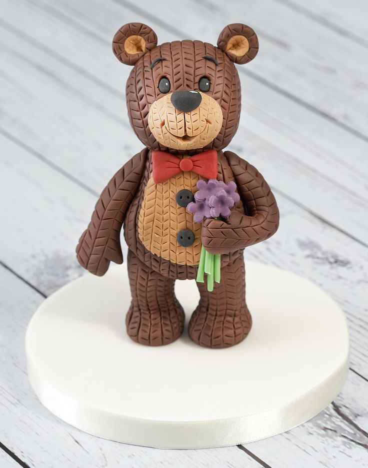 Say hello to George, one of the new Renshaw Ready to Roll Icing bears! George has been given a very cosy looking knitted effect.