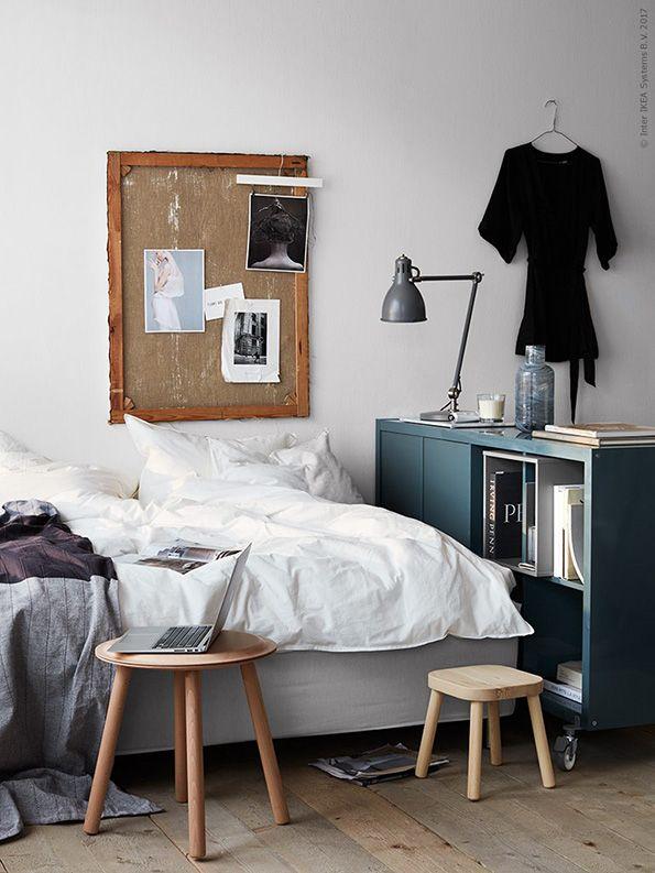 Woon je klein? Maak een industriele roomdivider door wielen onder je kast te plaatsen | IKEA IKEAnederland IKEAnl wooninspiratie inspiratie DIY industrieel kast stoer praktisch KALLAX kast RILL wielen divider roomdivider wieltjes FLISAT kinderkruk kruk ÄNGSTÖREL sprei ÄNGSLILJA dekbed dekbedovertrek slaapkamer woonkamer