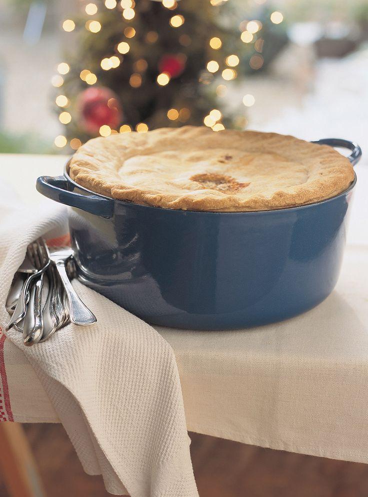 Recette de tourtière du Lac-Saint-Jean de Juliette de Ricardo. Excellente recette de fêtes. Ingrédients: porc, boeuf, demi-poitrines de poulet, oignons, pommes de terre, bouillon de poulet, pâte à tarte.