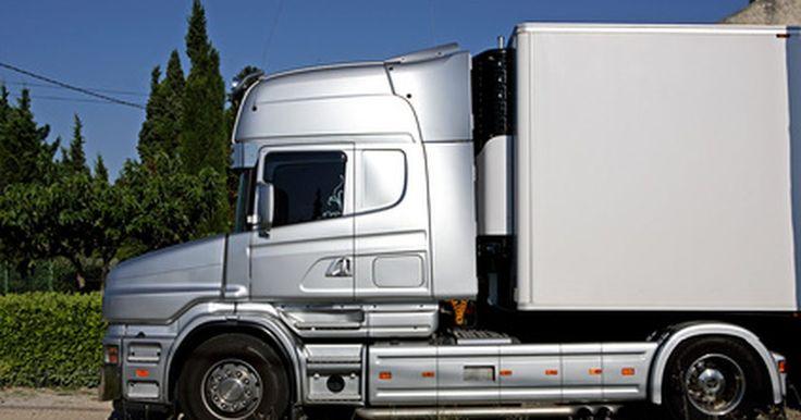 Cómo estacionar un camión remolque de reversa. Estacionar un camión de remolque en reversa en un espacio delimitado en ambos lados por paredes, remolques, cercos o cualquier cosa que restrinja la entrada por los lados de la playa de estacionamiento se denomina estacionamiento en callejones. Normalmente, se utiliza para estacionar de reversa en un muelle de carga o entre otros remolques. ...