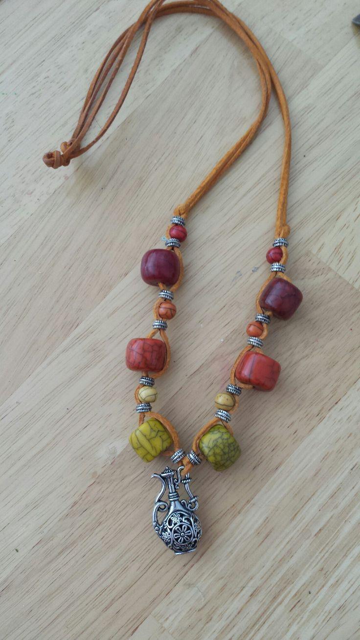 Bőr nyaklánc színes gyöngyökkel / leather necklace