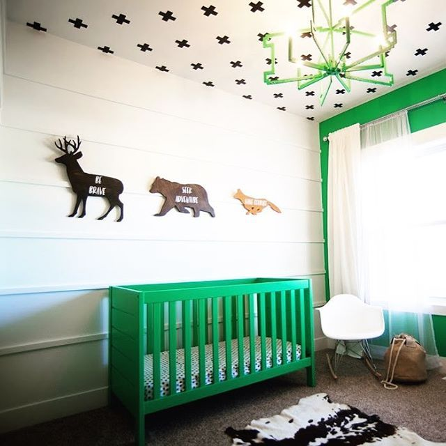 We're ALL about going green in the nursery, especially when it means a room THIS cool.   Design by: @bmodern