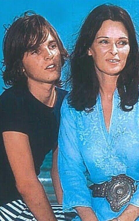 Miguel con su madre Lucía Bosé