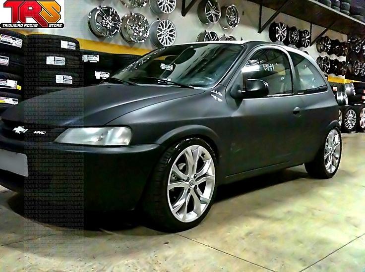 "http://carcessore.com.br/vitrine/celta-envelopado-preto-fosco-aro-17-scorro-s-215-cromo-rebaixado-suspensao-fixa  Celta envelopado preto fosco aro 17"" | Flat black Chevrolet Celta with 17"" rims"