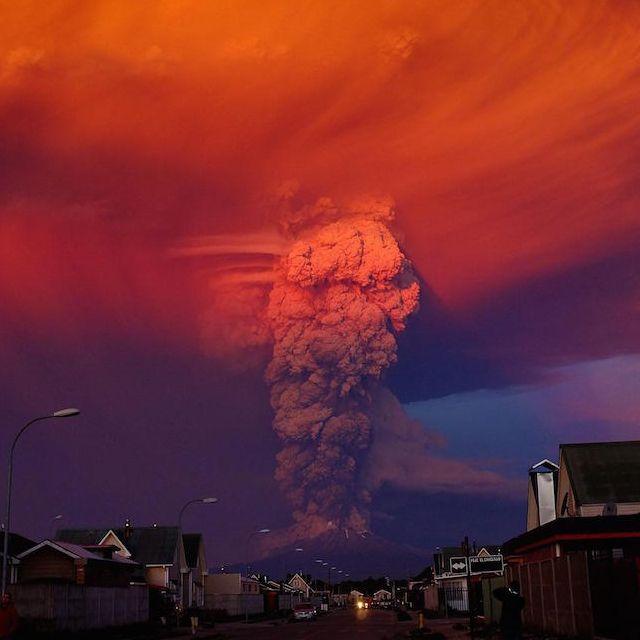 La grande eruzione del Calbuco. Il vulcano nel sud del Cile è tornato a eruttare dopo oltre 40 anni, producendo una colonna di fumo e cenere alta chilometri: più di 1.500 persone sono state evacuate