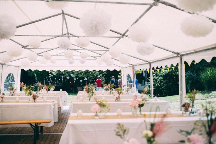 #Zelt bei #DIY Hochzeit mit #Blumenschmuck und #Pompoms