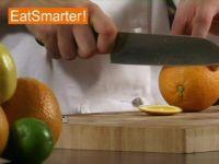Orangenfilets sind besonders fein im Geschmack! EAT SMARTER zeigt Ihnen wie Sie eine Orange filetieren und grob hacken.