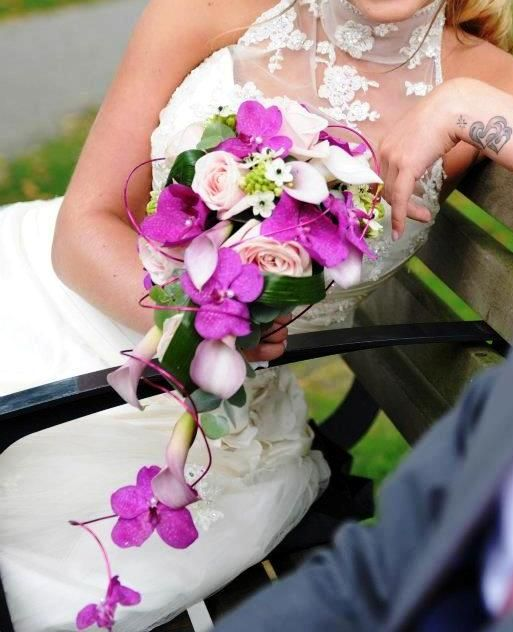 Bruidsboeket druppelvorm met lakdraad en prachtige roze Vanda Orchideeën