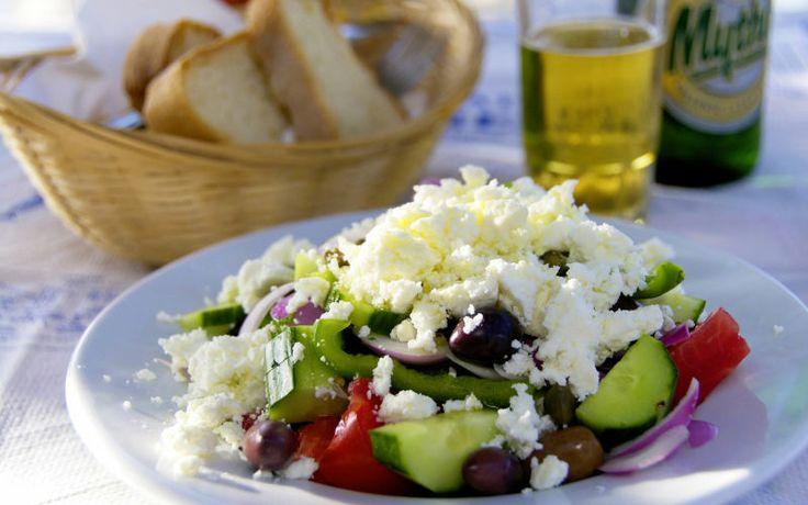 Hvis du skal rejse til Grækenland, er en ægte græsk salat et must! Mums siger vi bare! Se mere på www.apollorejser.dk/rejser/europa/graekenland