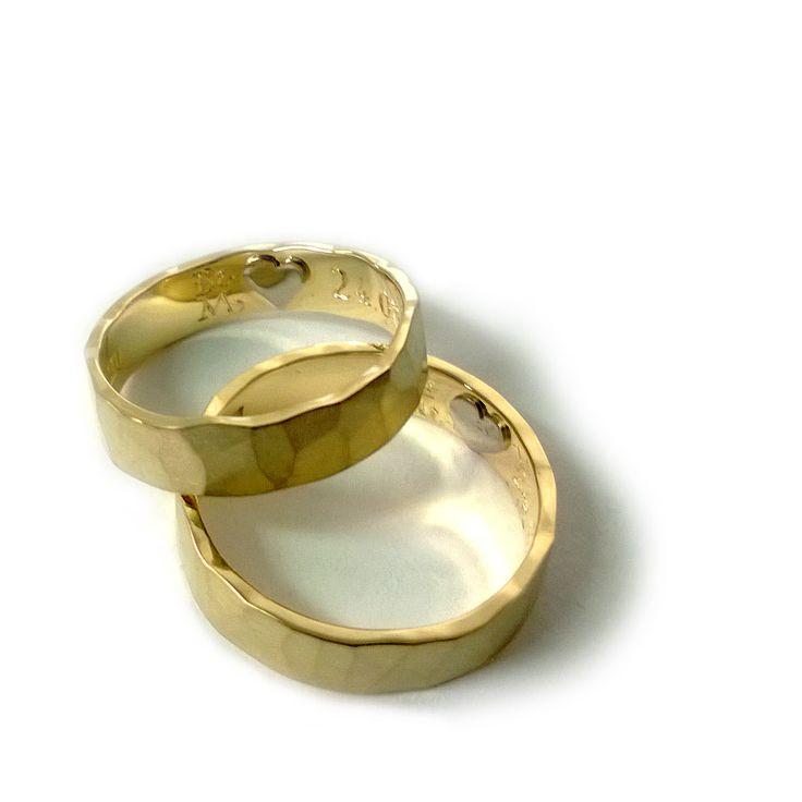 Obrączki z żółtego złota próby 750.  Wewnątrz serduszko z białego złota. Marcin Gronkowski i Jan Suchodolski  http://waszeobraczki.pl/ #obrączki #ślub