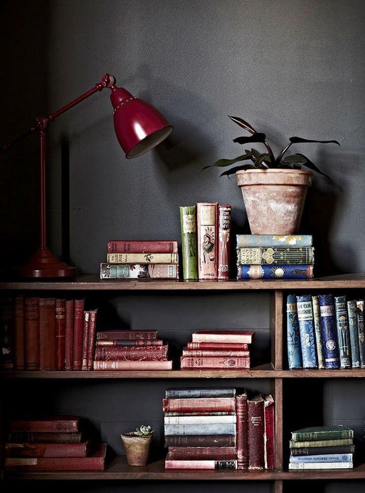 Une touche de bordeaux dans la déco du bureau ! livre book bibliothèque plantes fleurs lampe interior design décoration étagère gris profond peinture