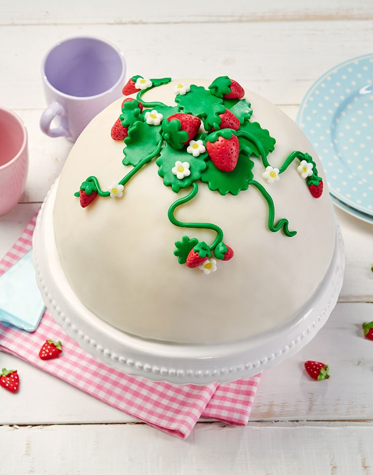 Torte mit einer Erdbeer-Sahne-Frischkäse-Füllung und einer Erdbeer-Fondant-Deko