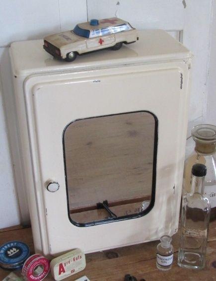 Oud metalen Industrieel medicijnkastje met spiegel. incl. inhoud