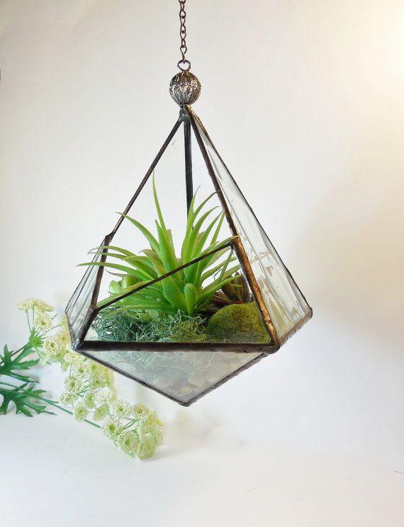 Ce terrarium belle faite à la main de verre deau transparent. Deux des facettes sont moitié ouverte pour une circulation dair et daccès. Ce vitrail terrarium fonctions grand support pour les plantes de lair. Une chaîne fixée sur le haut du terrarium pour laccrocher. Brasage sans plomb.    Plantes vertes et les orchidées pourpres ne sont pas incluses. Cest uniquement à des fins daffichage.    Mesure environ 9 1/2 po H.  (avec un bouton décoratif 10 H).  profondeur 9 1/4 .  Ouverture ...