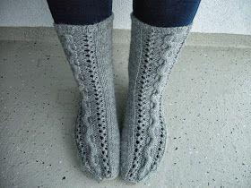 Näistä sukista tuli tämmöiset välipalat. Viime viikolla tosiaan olin varustautunut matkaan vaan yhdellä neuleella, ja kun sain se...
