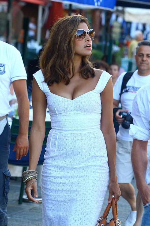 Medium length hair, warm color, great highlights // Eva Mendes in Italy (17 pics)
