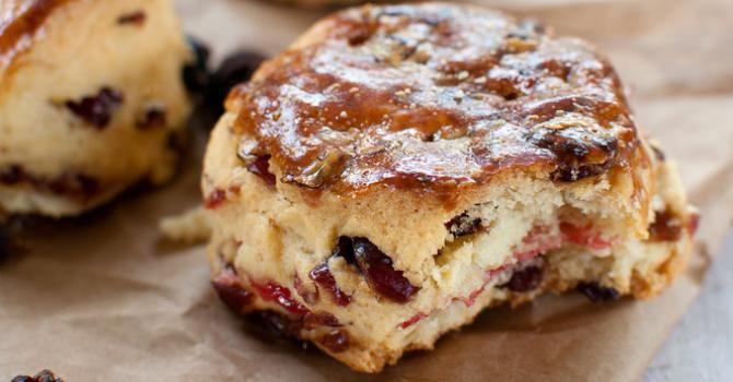 Recette de Scones allégés aux raisins secs et cranberries. Facile et rapide à réaliser, goûteuse et diététique. Ingrédients, préparation et recettes associées.