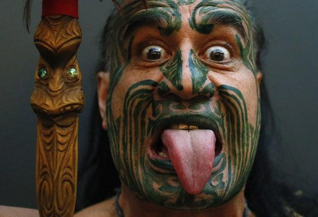 Le Néo-Zélandais maori Metini Mitai Ngatai pose avant l'ouverture officielle de la Foire du livre de Francfort, en Allemagne, le 9 octobre 2012. La Foire du livre de Francfort est la plus grande foire du monde dans le domaine du livre. Elle se tient du 9 au 14 octobre 2012 et une section est spécialement dédiée à la littérature néo-zélandaise. Reuters/Ralph Orlowski