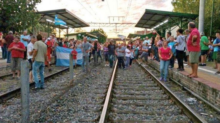 """Vecinos de Hudson cortan por tiempo """"indeterminado"""" las vías del tren Roca"""