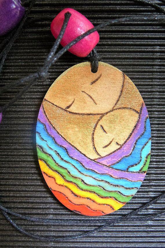 Colgante arco iris. Collar de maternidad. Arte de la maternidad. Joyas de maternidad. Colgante de forma ovalada. Arte de llevar a tu bebé. Colgante de pirograbado. Arte pirograbado Cerrar en un arco iris pintura y pirograbado de Gioia Albano Una obra muy original y agradable para usar! Comin con su buen paquete reciclado decorado con mi papel artesanal marple  Dimensiones: el óvalo es 5, 7cm de longitud, 4, 2cm de ancho y 3mm de espesor. Las ofertas son de color madera El cordón de cuero y…
