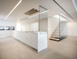 Cocina con isla y cristal en forma de 'L' - Casa Moncofa - Chiralt Arquitectos : Cocinas de estilo minimalista de Chiralt Arquitectos