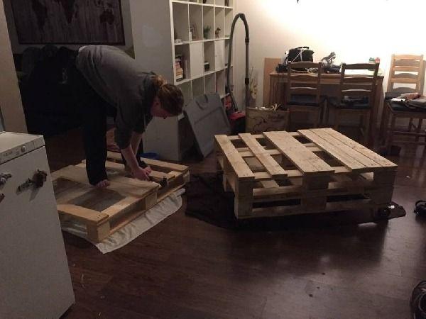 Ik heb samen met mijn zusje zélf een bank gemaakt van pallets!Het begon allemaal met het verzamelen van pallets. Deze heb ik gratis gekregen van Marktplaats.nl. Ik had één grote pal