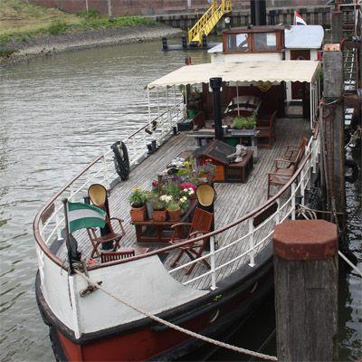 Deze Rotterdamse Loftboot beslaat 60 vierkante meter plus een zonnig dekterras en is van alle gemakken voorzien. Het appartement is geschikt voor 1 tot 5 personen. #origineelovernachten #reizen #origineel #overnachten #slapen #vakantie #opreis #travel #uniek #bijzonder #slapen #hotel #bedandbreakfast #hostel #camping #boot #loftboot