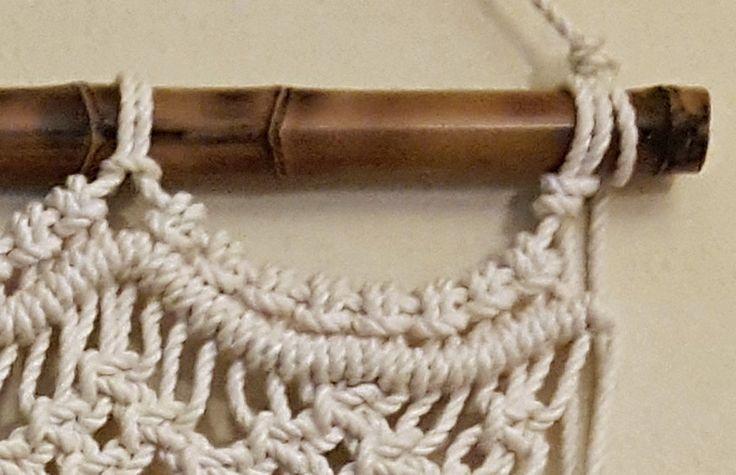 Pedazo de ♥♥♥♥This está listo para enviar hoy! ♥♥♥♥ macramé moderno agrega interés y textura a cualquier decoración.  Tamaño: Colgante Macramé mide 28 ancho y 33 en el más largo (11 del arco de centro es 22 largo en el más corto). Bambú mide 1 de diámetro y 30 largo (puede ser ordenado sin la caña de bambú). Tamaño se puede ajustar para adaptarse a sus necesidades.  Título: espíritu  Montado este macramé colgando a una caña de bambú de oro cosechada de nuestra granja de caballo. El bambú es…