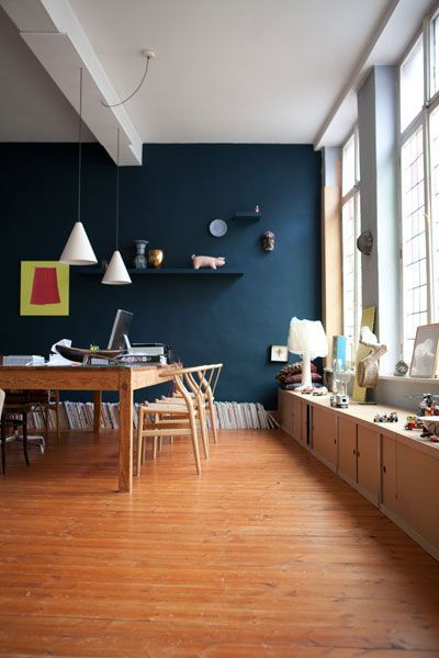 salle manger au mur bleu canard fen tre en vitrail vieux plancher sapin longue table en. Black Bedroom Furniture Sets. Home Design Ideas