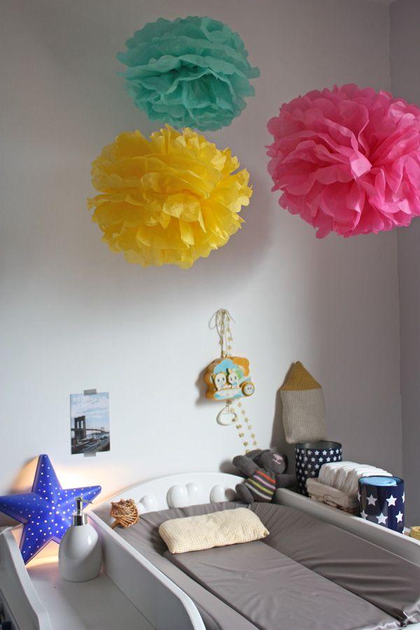 pompon en papier de soie  http://www.marthastewart.com/265163/pom-poms-and-luminarias-how-to#slide_0